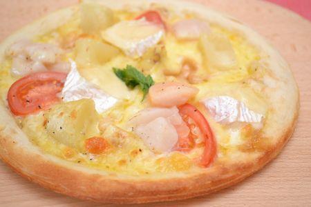 北海道産ホタテと小諸産白土馬鈴薯のチーズピザ