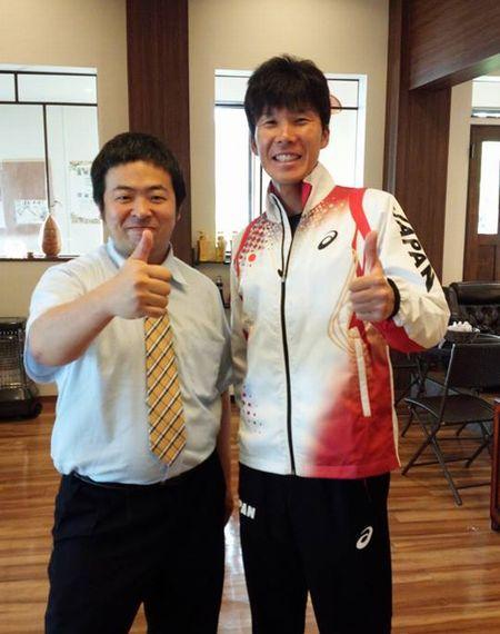山崎勇喜選手と花岡マネジャー