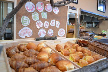 薬師館朝食の自家製焼きたてパン