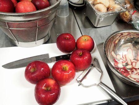 りんごの皮をむきむき